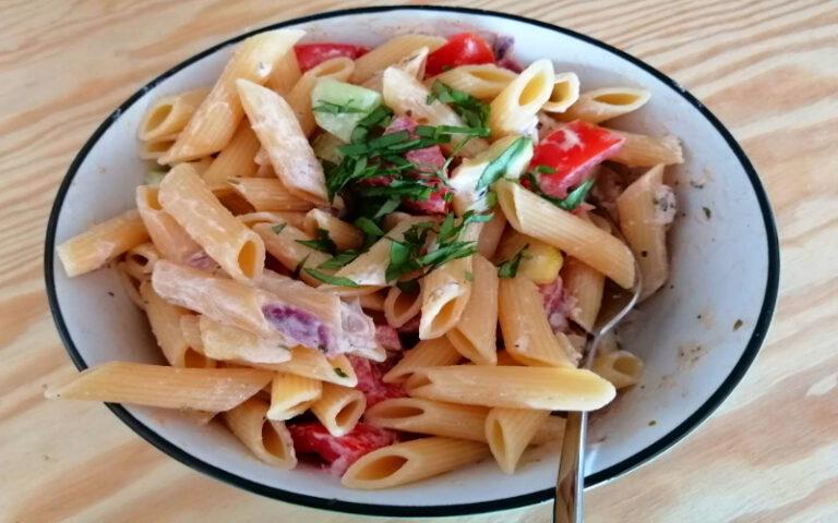 Koude pastasalade met courgette en tomaat