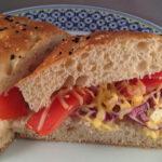 Turks brood met groenten en oude kaas