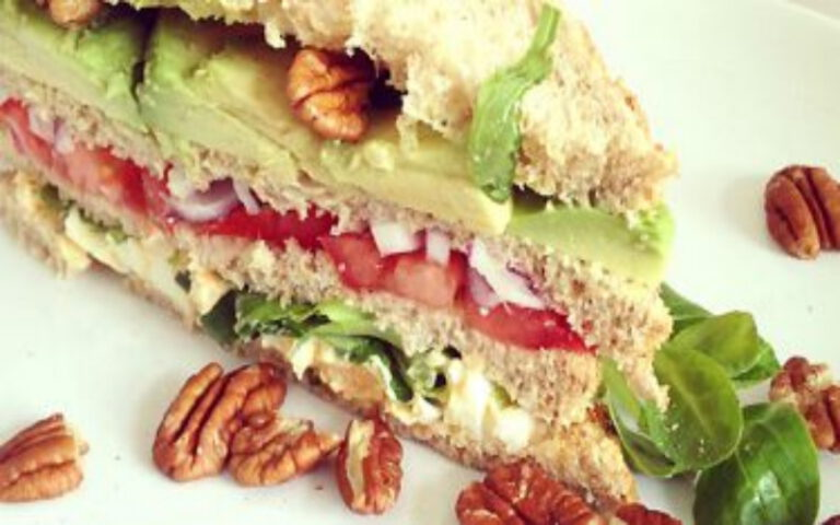 Vega club sandwich met eiersalade, avocado en pecannoten